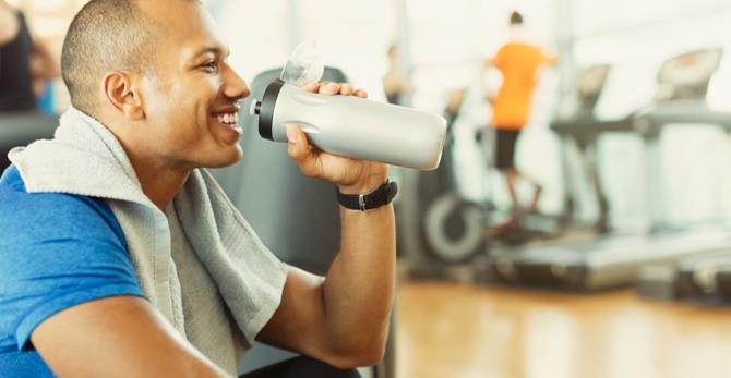 4 momentos em que os homens precisam (mesmo) de hidratação