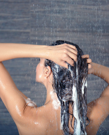 Saiba os erros que comete (sem saber) quando lava o cabelo