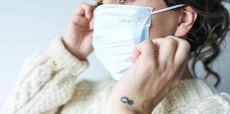 Quando as máscaras protetoras irritam a pele: saiba como prevenir a mascne