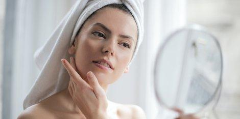 Como tirar o brilho da pele oleosa durante o dia?